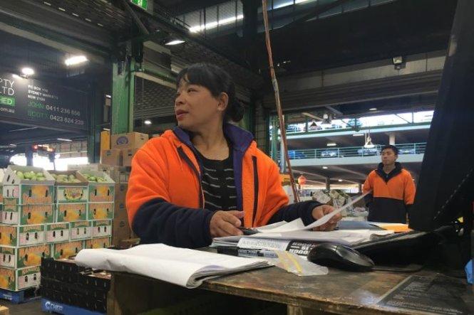 Cô Theresa Nguyen - em gái ông Frank Nguyen, đến Úc khi mới 8 tuổi và nay có gian hàng riêng của mình ở khu chợ Sydney Markets - Ảnh: ABC