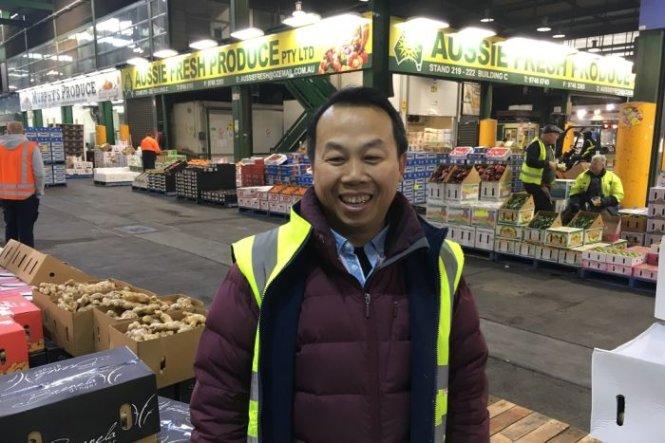 Anh Toan phụ việc cho gian hàng của cha mình ở khu chợ Sydney Markets vốn đã kinh doanh 20 năm qua - Ảnh: ABC