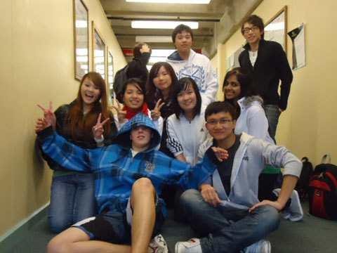 Hình 04: Bạn bè, một phần không thể thiếu của mỗi người. Các trường học ở Úc đều có lượng du học sinh rât lớn, đến từ khắp nơi trên thế giới. Mình rất vui vì có những người bạn rất tốt.