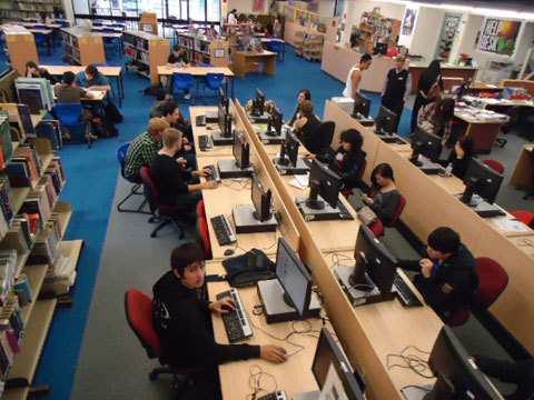 Hình 05: Thư viện nhà trường. Vào giờ rảnh, học sinh có thể vào tìm đọc them sách giáo khoa, truyênj, tiểu thuyết hoặc sử dụng máy vi tính để làm bài.