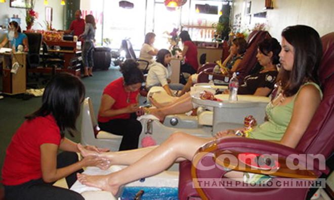 Các thợ nail đang tập trung cao độ khi vẽ móng.