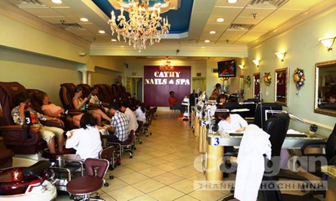 Ở một tiệm nail sang trọng của người Việt trên đất Mỹ.