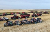 Ấm lòng tình hàng xóm của nông dân Mỹ: Bị đau tim không thể thu hoạch cả chục hàng xóm sang giúp đỡ