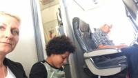 Mua vé máy bay nhưng không có ghế, gia đình 3 người phải ngồi trên sàn suốt chuyến bay