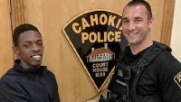 Bị cảnh sát dừng xe, người vi phạm không những không bị phạt mà còn được chở đi phỏng vấn xin việc