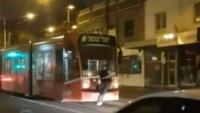 Melbourne: Gã đàn ông gây sốc khi liều lĩnh 'đu' xe tram trình diễn