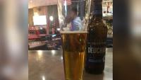 Phóng viên Úc hoảng loạn vì phải trả gần 70.000 USD cho một cốc bia
