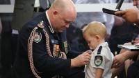 Con trai lính cứu hoả Úc nhận huy chương thay cho người cha quá cố