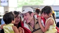 Nước mắt, nụ cười đoàn viên ở Tân Sơn Nhất ngày cuối năm