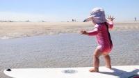Úc: Thiên thần nhỏ gây sốt khi có thể trượt ván, lướt sóng, trượt tuyết ở tuổi lên 2, cứ bước lên ván trượt là 'tỏa sáng' rực rỡ