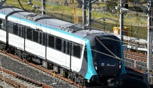 Tàu điện Sydney Metro tiếp tục gặp sự cố: Con trên xe đẩy đã lên tàu, mẹ bị kẹt lại